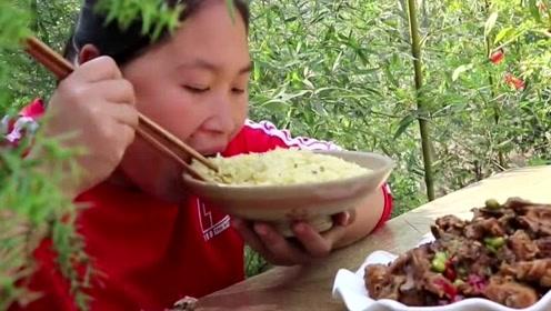 农村土灶大锅炖什么都香,胖妹买了3斤鸡骨架开小灶,吃完后悔买少了