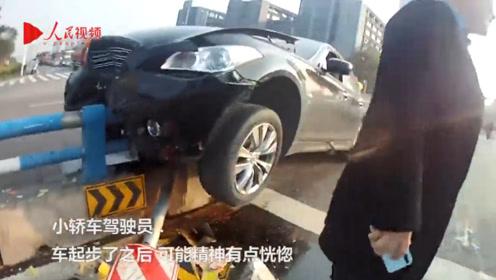车祸就在一瞬间!男子开车打瞌睡 轿车撞上隔离桩半身悬空