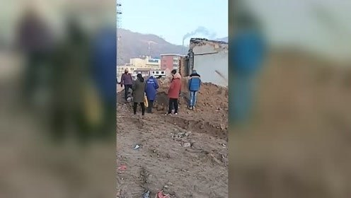 一拆迁工地挖出大量古币 村民持铁锹连夜淘金