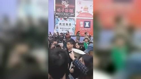 """网友扒出黄之锋昔日上街视频 遭香港市民团团围住痛骂""""走狗"""""""