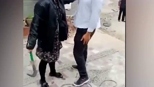 因受不了噪音索赔,女子怒拿镰刀砍了包工头!网友:有毒!