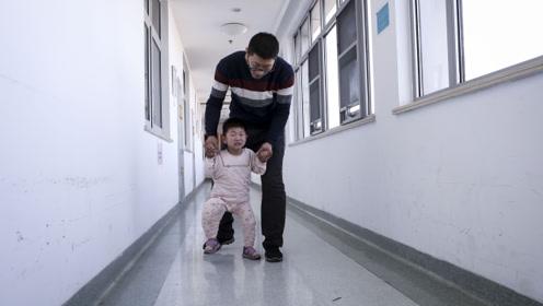 1岁女童不幸掉进开水锅烫成重伤 半年后走路形似瘸腿鸭子