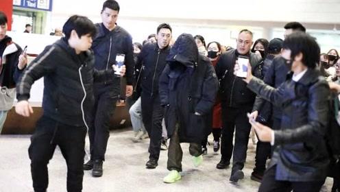 王源回国遭粉丝围堵狂拍 包裹严实机场一路疾行