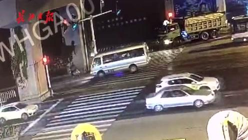 出租车路口突遇行人,撞上路中间隔离带水马