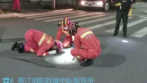 """两小伙闹市中下水道摸鱼被困,消防员在上面努力施救,他们竟在""""双排""""?"""