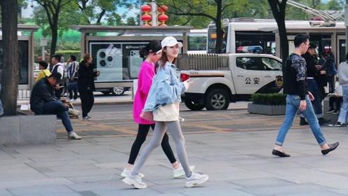 三里屯街拍:小个子女生穿搭精致,呈现出玲珑之美,令人赞叹