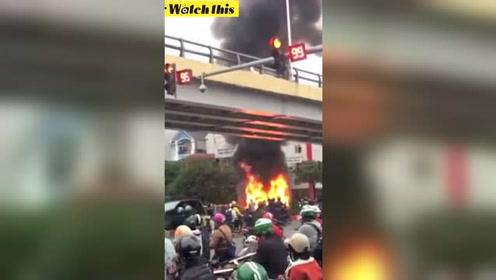 女子穿高跟鞋开奔驰 市区连撞数辆车后发生爆炸