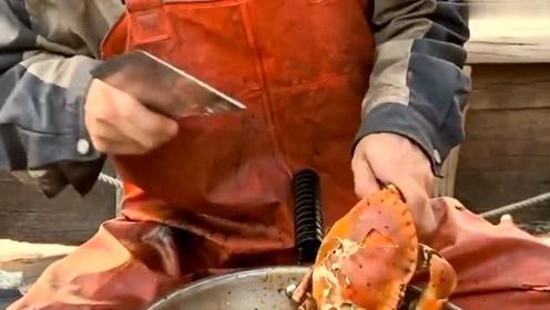 渔民大哥在船上开饭了,这么大的面包蟹说吃就吃,住在海边很方便