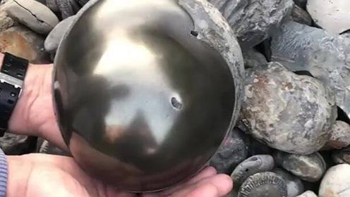 """大学生海滩捡到神秘金球,打开发现里面藏了""""1.85亿年前的秘密"""""""