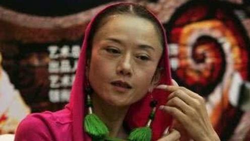 61岁杨丽萍如今是什么模样?聚餐只吃玫瑰花瓣,还是难逃岁月摧残