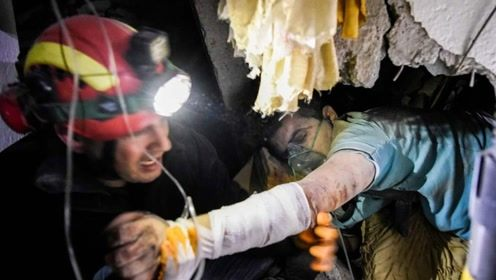 现场!阿尔巴尼亚发生6.4级地震 有人驾车瞬间掉入开裂地缝