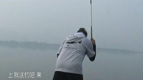 老钓友还是比较有个性的,钓鱼从来不用抄网