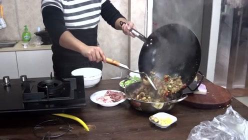 小伙做干锅牛蛙,被女同事疯狂打卡,简直不要太好吃