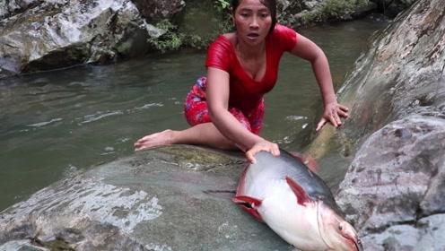 实拍:女子在河中与大鱼搏斗,刚准备上岸却发生了意外!