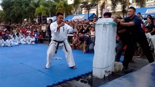 印度大叔表演徒手劈冰块,日本空手道大师挑战,一脚下去惨遭打脸