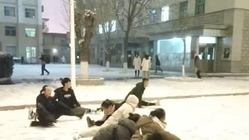 看看舞蹈生如何迎接初雪,谁都不服,我就服那两个带把的!
