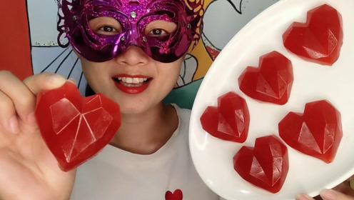 """小姐姐吃手工创意""""钻石爱心橡皮糖"""",鲜艳红心闪亮酸甜有韧劲"""