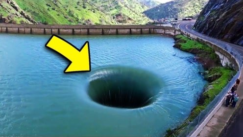 """国外湖中凭空出现""""吸水洞穴"""",无人机进入洞后,揭开真相"""