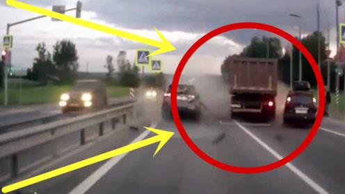 两轿车霸占高速路,一脚刹车将自己送进鬼门关,现场一片狼藉!