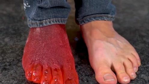 国外小伙用糖水制作脚模,看到成品瞬间,简直惊艳了!