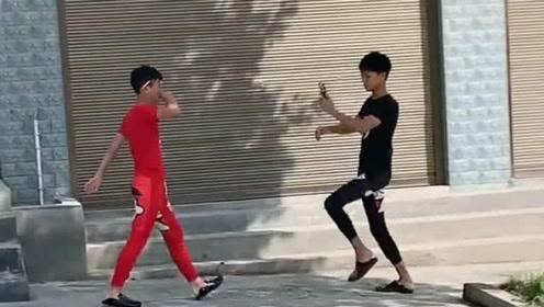 两位小伙子在马路上拍视频,我路过正好被看到,没想到还挺精彩!
