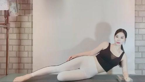 充分伸展腿部及背部肌肉,促进血液循环,增加脑部供血