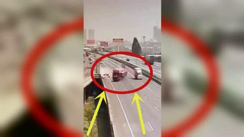 轿车嚣张连变3车道,坑惨大货车,下秒死神都看不下去了!