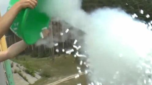 老外将200斤干冰倒进河里,下一秒湖面烟雾缭绕,画面简直太美!