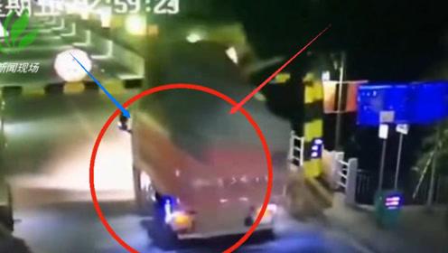 一辆大货车无视限高杆 直撞离开现场监控拍下全过程