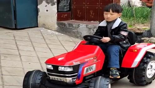 爸爸为儿子买的玩具拖拉机,没想到技术这么牛,方向感掌握的不错啊!