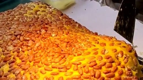 这是刚出锅的年糕,看看这金黄的颜色,我的口水忍不住流了下来!