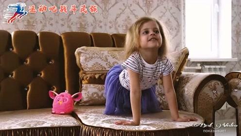 俄罗斯宝宝模仿高难度体操动作,小短腿转不起来超可爱