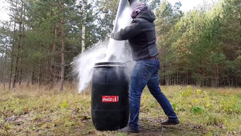 老外把可乐倒进220升大桶,加入曼妥思后,已经没人能够阻止