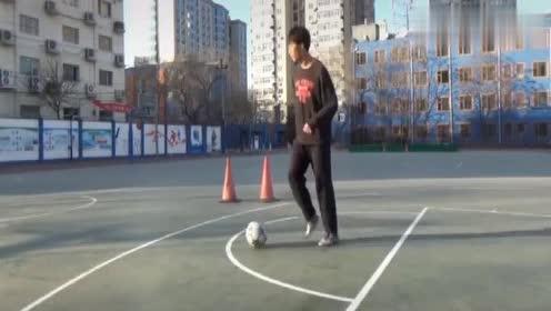 足球新手多练习拖球动作,能提高原地变向能力