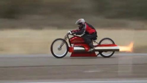 """大叔给摩托车装""""导弹引擎"""",一把油门下去,一路火花带闪电"""