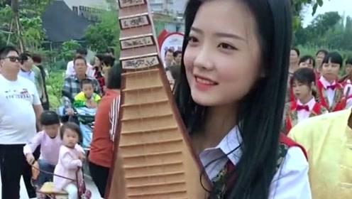 这位美女笑起来真漂亮,并且还会弹琵琶,看来是一个多才多艺的女子!