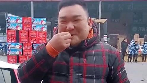 这位大哥家里刚拆迁,就买了一辆奥迪R8,他脸上露出了笑容!