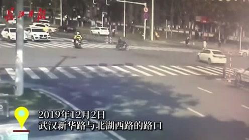 真危险!电动车横穿马路,被小轿车撞倒