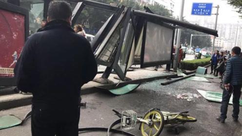 乐山一公交车失控冲进站台 站台受损严重现场惨烈