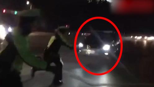 宿迁一男子伤人后驾车逃逸又连撞4车 交警现场大喊:往后退!