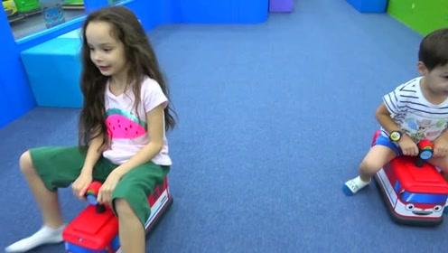 萨沙和马克斯共用一辆婴儿车,在游乐园玩耍