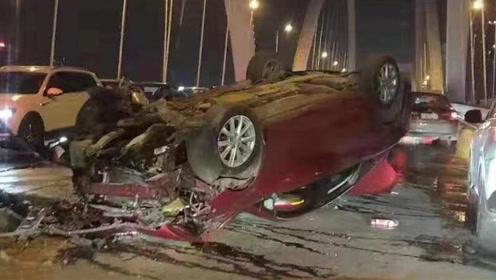 小车撞上桥墩四脚朝天 车头被撞粉碎现场惨烈