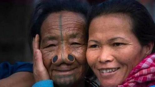 全球最奇葩的习俗,当地女子竟在鼻子上插木塞,只为方便做这事!