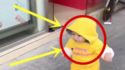 1岁小男孩路上走着,突然撞见一个美女,这反应真有前途!