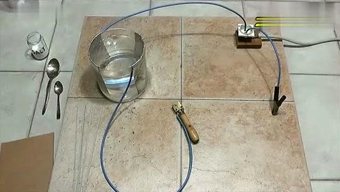 一杯水两个铁片就能当电焊机使用?这是怎么做到的!