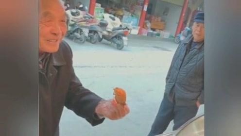 95岁的父亲,给68岁的儿子买鸡腿吃,这才是人生赢家~