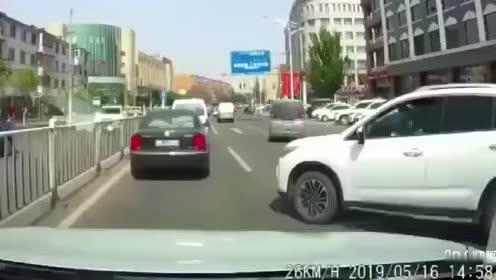 这位司机你要干撒,偏要和我抢道真有意思