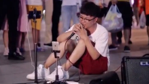 男子坐在地上唱《囚鸟》,撕心裂肺的嗓音太扎心了,绝对是有故事
