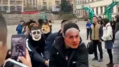 拔河仪式感是不能少的,先把面具戴上,对方都给笑得快要没劲儿了!