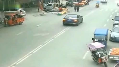 小轿车横冲直撞,警察调取监控,立马坐不住了